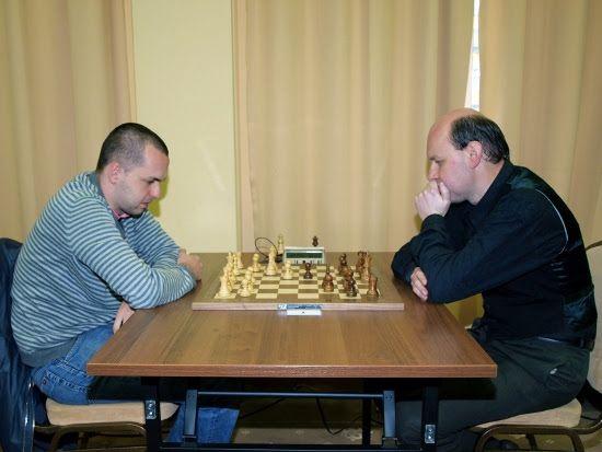 Trener szachowy Marek Rega (po prawej) w rywalizacji